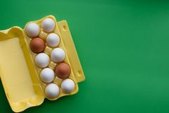 Eieren in karton op de groene achtergrond royalty-vrije stock afbeelding