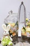 Eieren, koekoeksbloem en gestreepte doek Stock Afbeeldingen