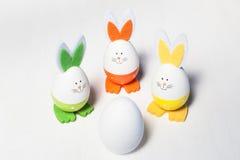 Eieren, koekoeksbloem en gestreepte doek Royalty-vrije Stock Afbeeldingen