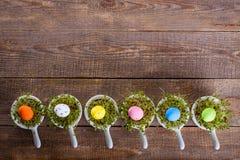 Eieren, koekoeksbloem en gestreepte doek Royalty-vrije Stock Foto's