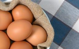 Eieren in kom met homespun stof Stock Foto's