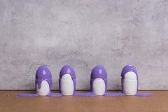 Eieren in koppen met purpere verf worden behandeld die Royalty-vrije Stock Afbeeldingen