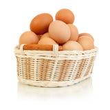 Eieren in mand die op wit wordt geïsoleerdG royalty-vrije stock afbeeldingen