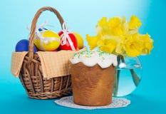 Eieren in mand, een Pasen-cake en een vaas royalty-vrije stock foto's