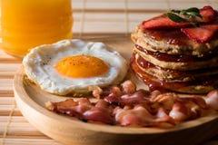 Eieren met bacon en pannekoek stock afbeelding
