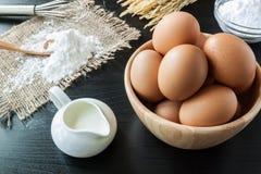 Eieren met bakpoeder voor dessert Stock Foto