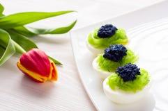 Eieren met kaviaar worden gevuld die Royalty-vrije Stock Foto