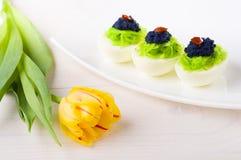 Eieren met kaviaar worden gevuld die Royalty-vrije Stock Afbeeldingen