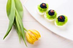 Eieren met kaviaar worden gevuld die Stock Foto's