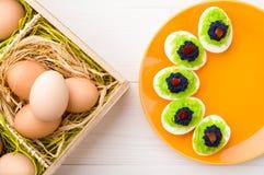 Eieren met kaviaar worden gevuld die Royalty-vrije Stock Afbeelding