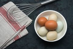 Eieren met klopper op lijst stock foto
