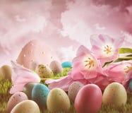 Eieren met roze tulpen in het gras Stock Afbeelding