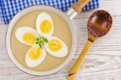 Eieren in mosterdsaus Stock Afbeeldingen