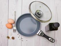 Eieren, olie, pan, kruiden, vork Stock Afbeeldingen