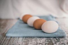 Eieren op blauwe doek stock afbeeldingen