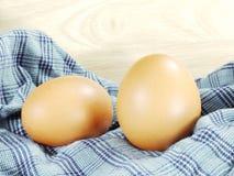 Eieren op blauwe stof worden geïsoleerd die Stock Foto
