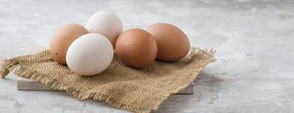 Eieren op concreet van het het dienbladvoedsel van het consumptie-eieren eiwitei gebroken het eiei close-up Royalty-vrije Stock Foto's