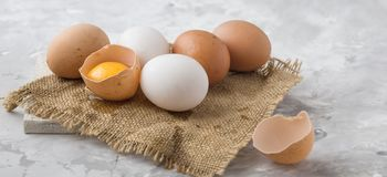 Eieren op concreet van het het dienbladvoedsel van het consumptie-eieren eiwitei gebroken het eiei close-up Royalty-vrije Stock Afbeeldingen