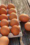 Eieren op een houten achtergrond Stock Afbeeldingen