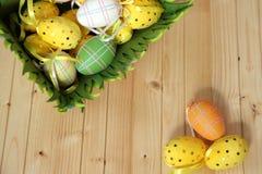 Eieren op geweven houten achtergrond Royalty-vrije Stock Fotografie