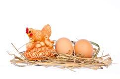 Eieren op hooinest op wit wordt geïsoleerd dat stock foto's