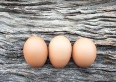 Eieren op houten vloer worden gelegd die Stock Afbeeldingen