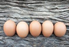 Eieren op houten vloer worden gelegd die Royalty-vrije Stock Foto