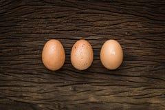 Eieren op houten vloer worden gelegd die Royalty-vrije Stock Afbeeldingen