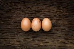 Eieren op houten vloer worden gelegd die Stock Afbeelding