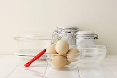 Eieren op keukenteller Stock Afbeeldingen