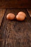 Eieren op oude houten Stock Fotografie
