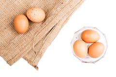 Eieren op witte achtergrond en jute worden geïsoleerd die Royalty-vrije Stock Foto's
