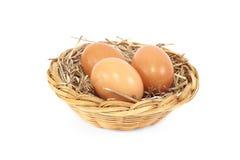 Eieren in rotanmand Stock Afbeeldingen