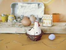Eieren, stuk speelgoed kip, stuk speelgoed huis met verlichting, Pasen-decor stock foto's