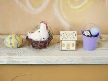 Eieren, stuk speelgoed kip, stuk speelgoed huis met verlichting, Pasen-decor royalty-vrije stock foto