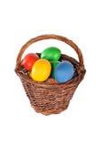 De eieren van de kleur in een mand Stock Foto