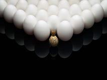 Eieren van een kip en een kwartel. Stock Fotografie