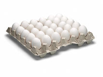 Eieren van een kip in verpakking op een witte achtergrond. Royalty-vrije Stock Foto's
