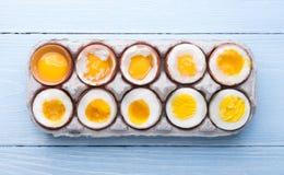 Eieren in variërende graden van beschikbaarheid afhankelijk van de tijd van kokende eieren Royalty-vrije Stock Foto's