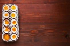 Eieren in variërende graden van beschikbaarheid afhankelijk van de tijd van kokende eieren Stock Foto