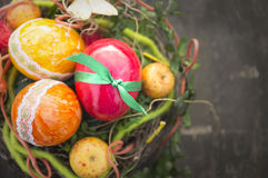 Eieren voor gelukkige met de hand gemaakte kleurrijk van Pasen in vogelnest op oud hout Royalty-vrije Stock Fotografie