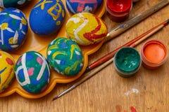 Eieren voor Pasen en borstels stock afbeeldingen