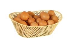 Eierenkip in mand op witte achtergrond wordt geïsoleerd die Royalty-vrije Stock Foto's