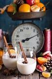 Eierpunch met kaneel in het rustieke plaatsen stock afbeeldingen