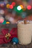 Eierpunsch in der Weihnachtseinstellung Lizenzfreies Stockfoto