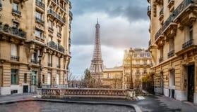 Eifel wierza w Paryż od malutkiej ulicy obraz stock
