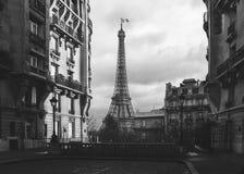 Eifeltornet i Paris från en mycket liten gata Arkivfoto