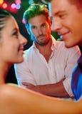 Eifersüchtiger Mann, der Tanzenpaare betrachtet Lizenzfreie Stockfotografie
