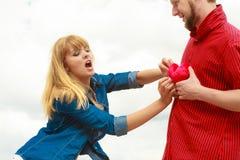 Eifersüchtiges Konzept Paare in der Liebe mit rotem Herzen Stockbild
