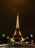 Eiffel iluminado na noite com fugas claras Foto de Stock Royalty Free